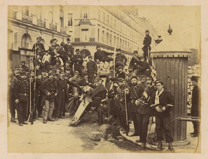 Soldados junto a una barricada durante la Comuna de París