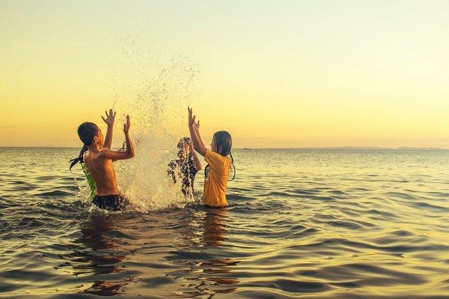 Conocimiento empírico, grupo de personas jugando en el mar