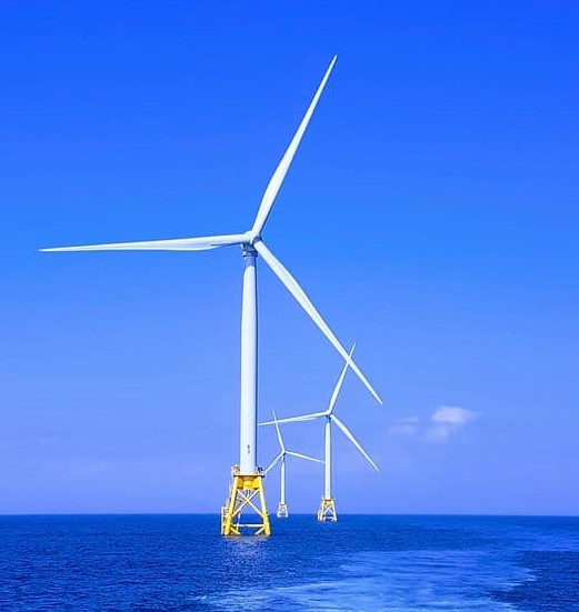Parque eólico sobre el mar