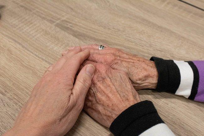 Respeto, mano acariciando a una anciana