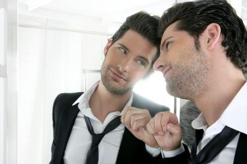 hombre y espejo